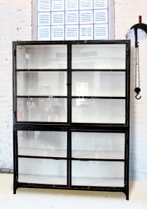 K003zw Grote industriële kast, zwart wit met vitrinedeurtjes, van quip&Co