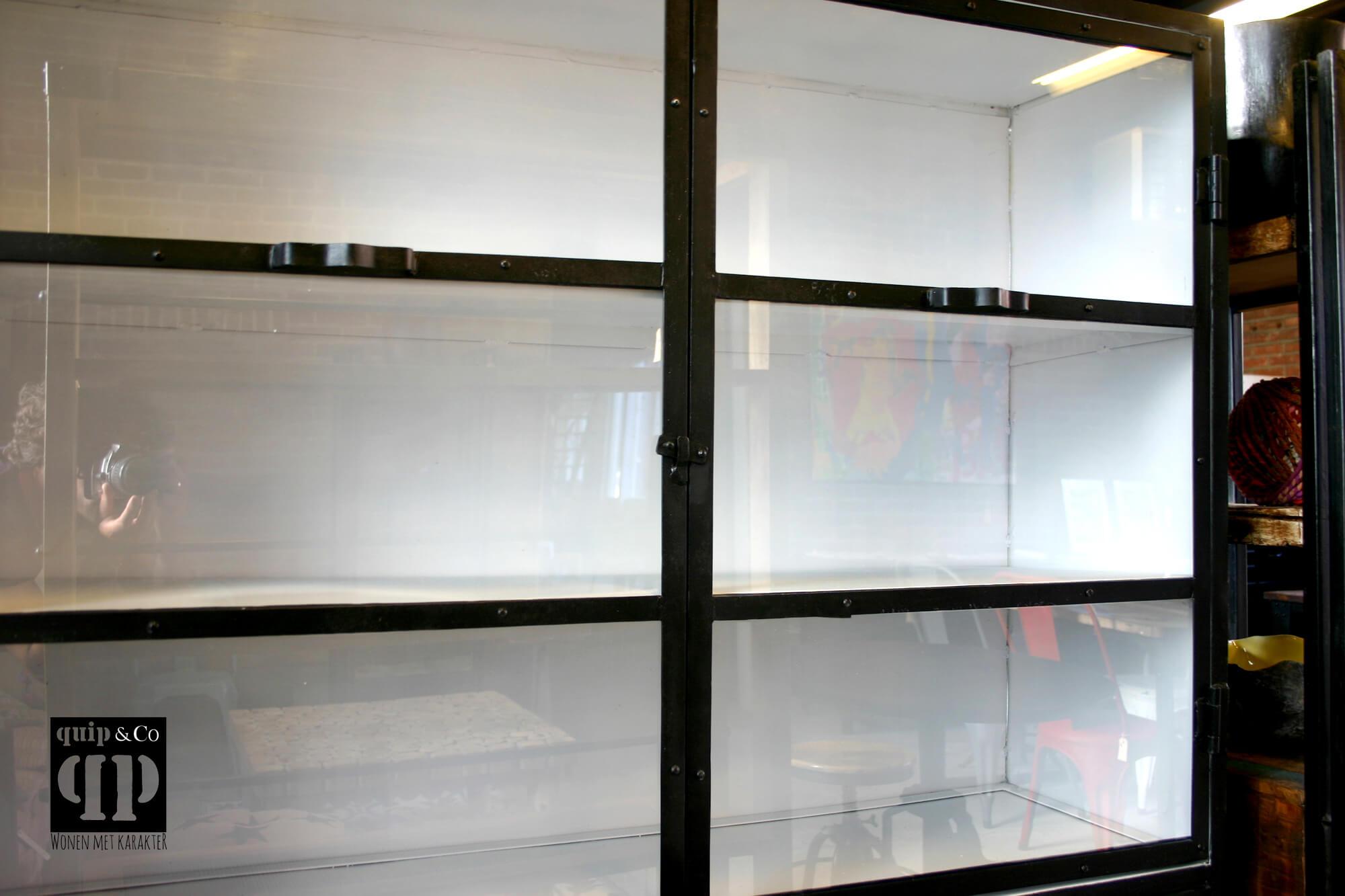 Industriele Kast Met Glas.Grote Industriele Kast Met Vier Vitrinedeurtjes Van Quip Co