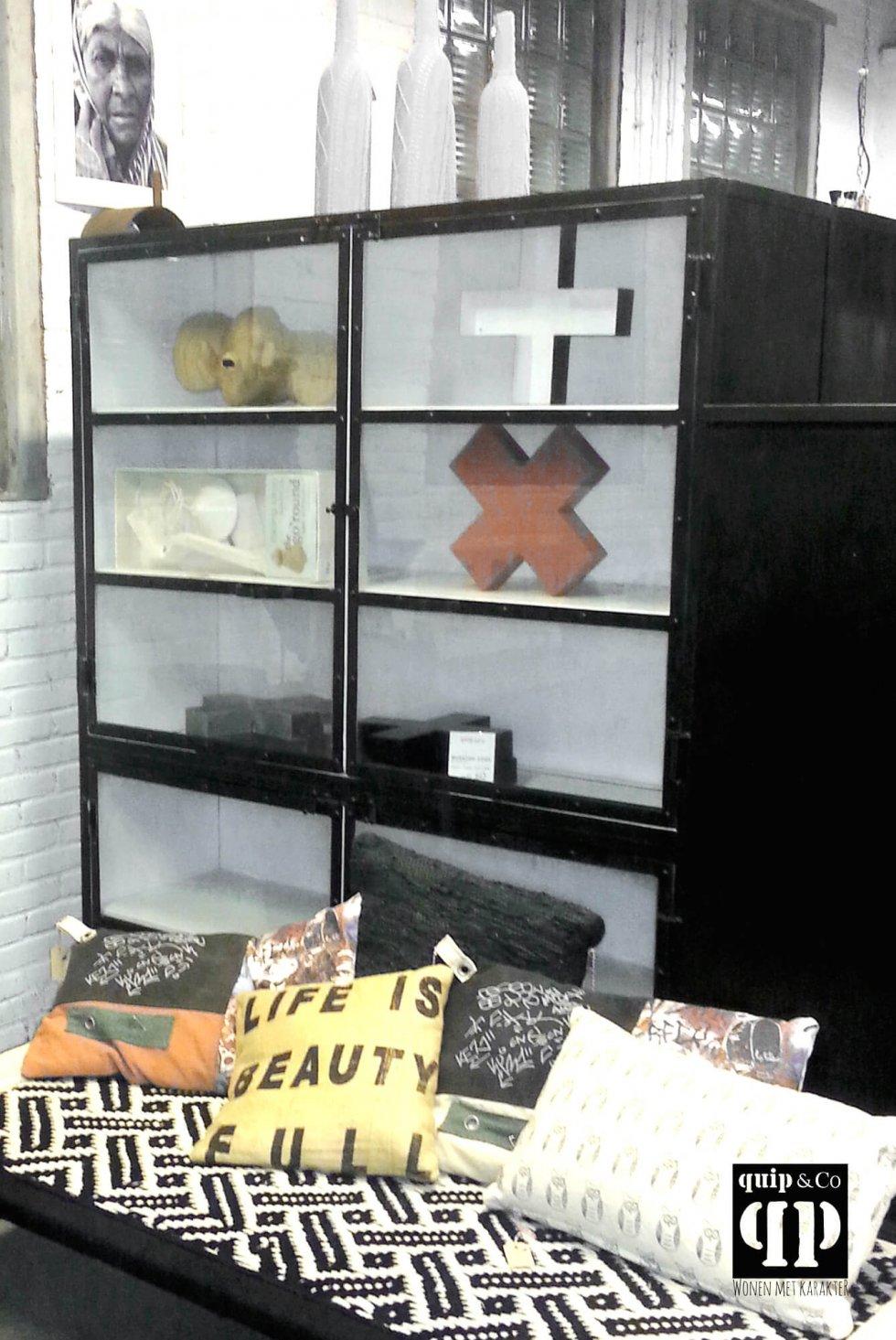 K003zw Grote industriële kast, zwart wit met vitrinedeurtjes