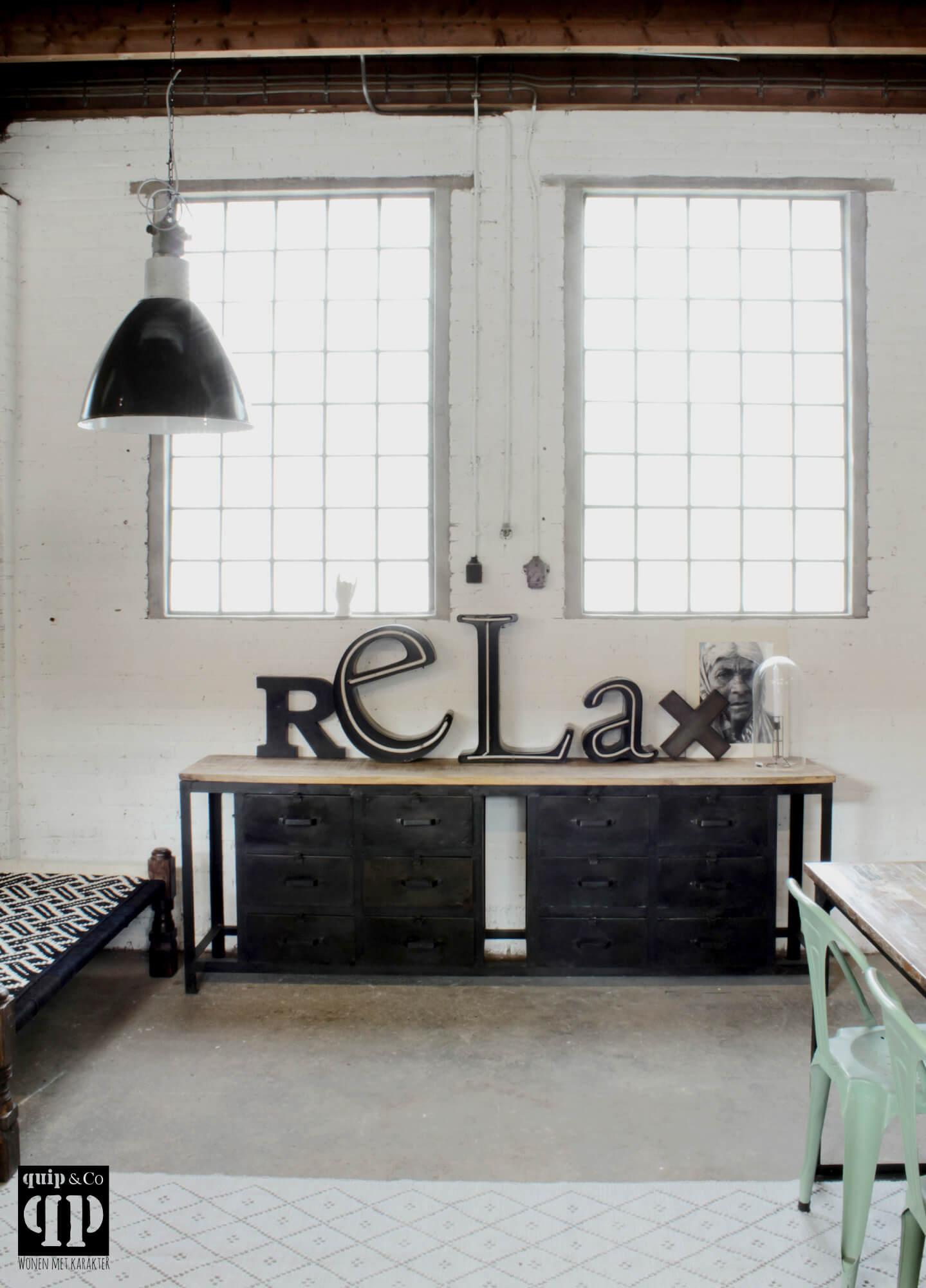 Industrieel dressoir met massief mango houten blad en robuust ijzeren frame