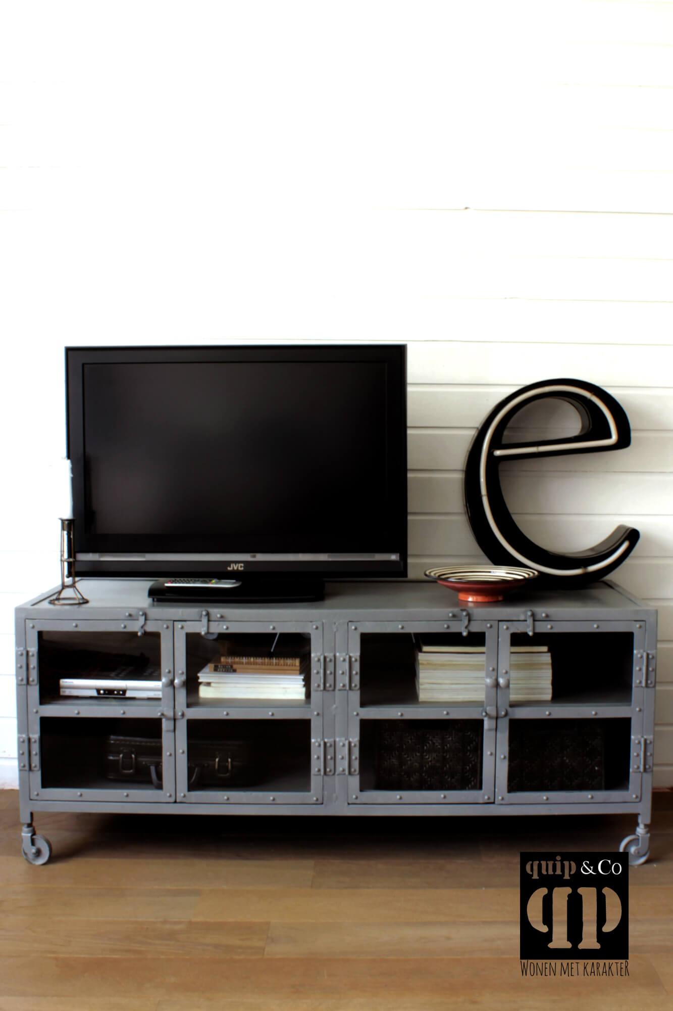 Industriele Tv Dressoir.Industriele Tv Kast Met Glasdeurtjes In Het Grijs Van Quip Co