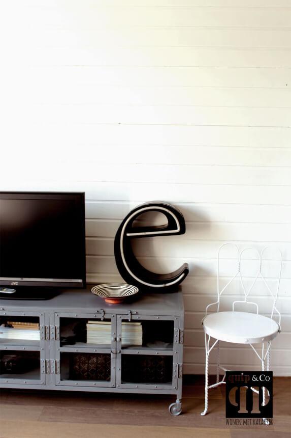 Industriële TV kast met glasdeurtjes en ijzeren frame