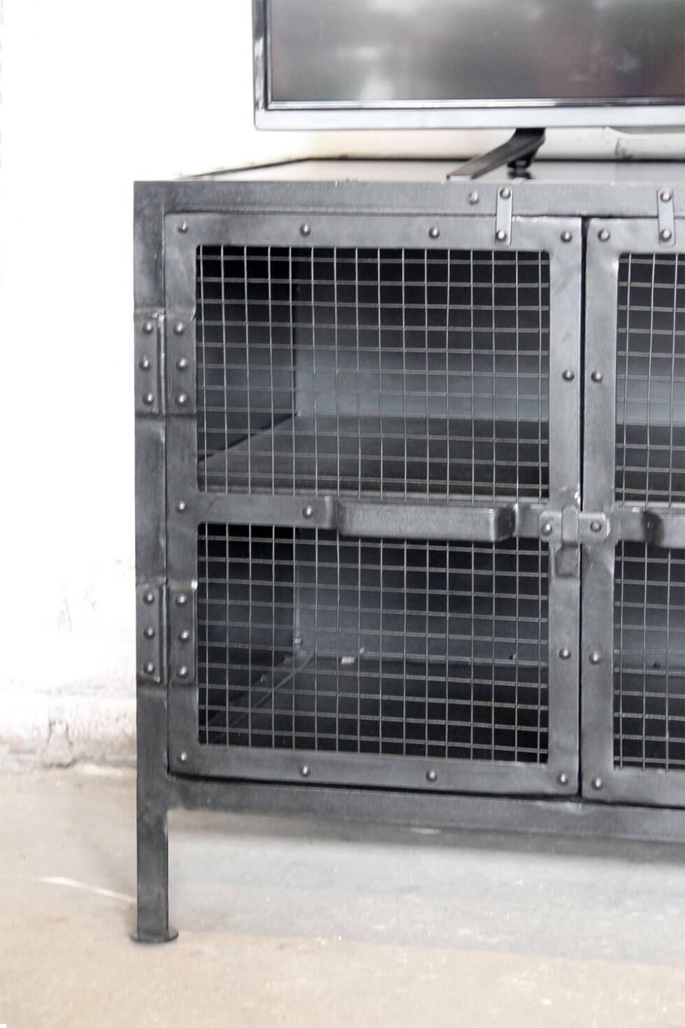 K012 Industriële TV kast met gaasdeurtjes van quip&Co