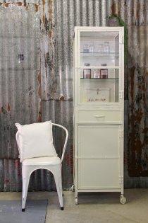 K016, robuust industriële medicijnkast / vitrinekast van quip&Co met een vintage knipoog