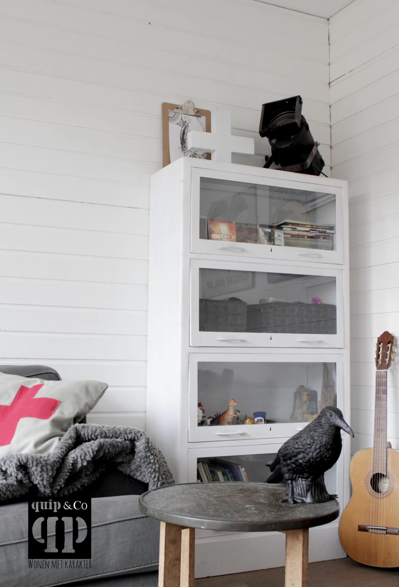 K025 industriële klepkast met 4 deurtjes en een plintla van quip&Co