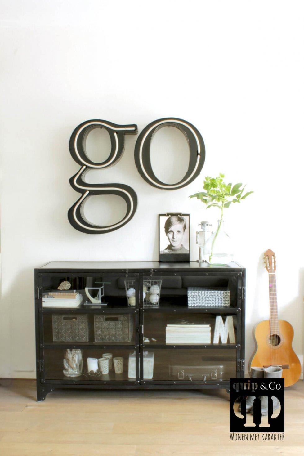 K031 Lage vitrinekast met glazen deurtjes en vintage industriële look van quip&Co