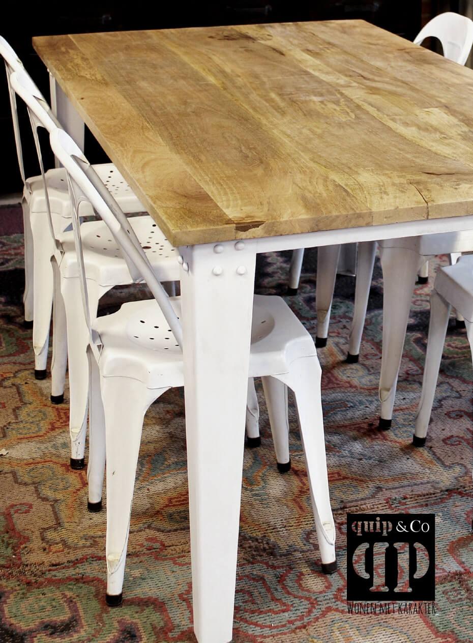T003z Robuuste eettafel met massief mango houten blad en ijzeren frame van quip&Co