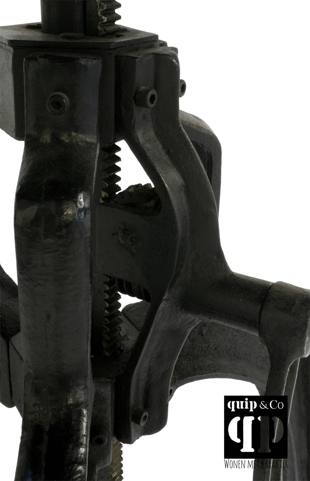 Industriële slingertafel met gietijzeren onderstel en ijzer blad
