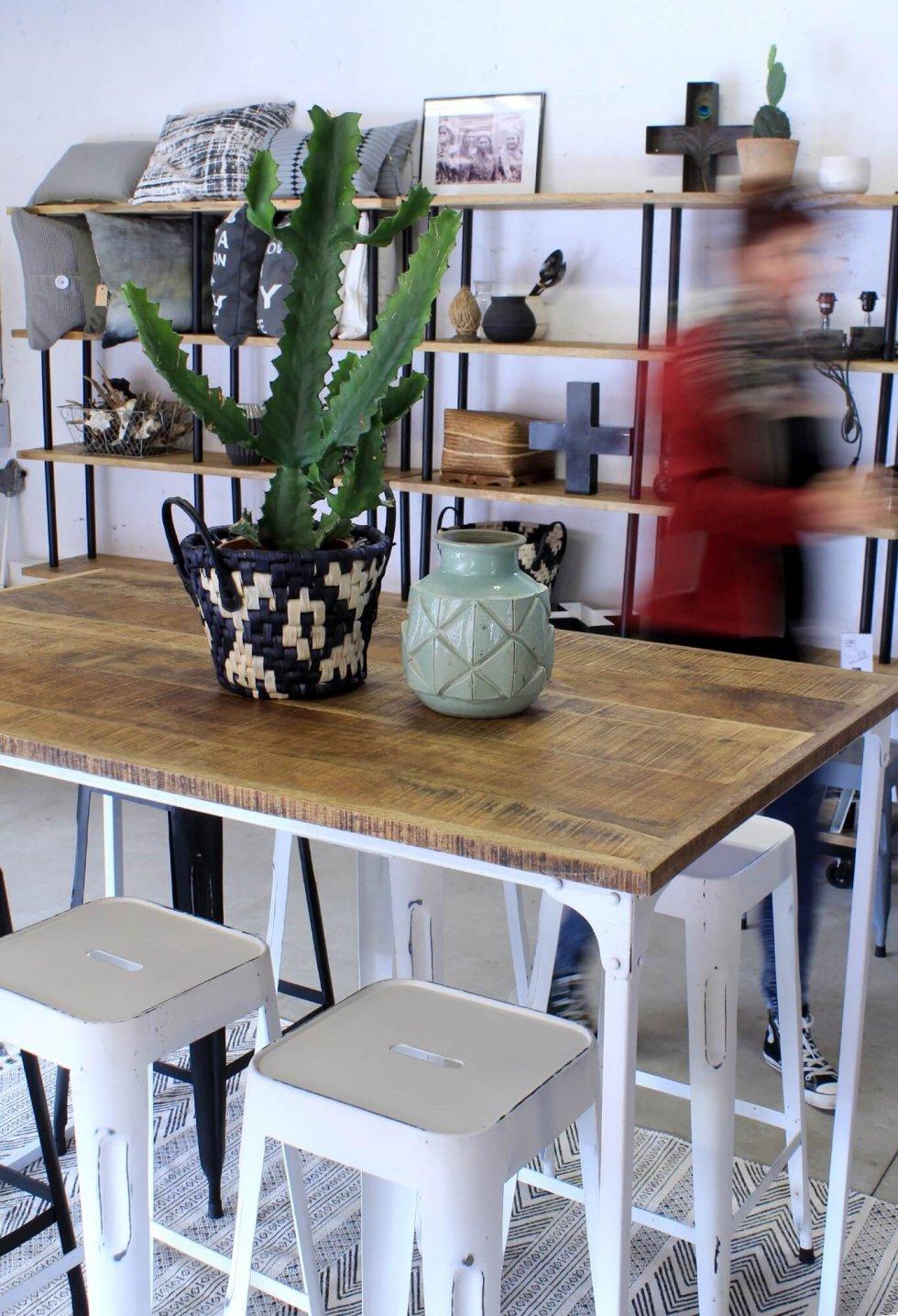 Industriële bartafel met mango houten blad en wit ijzeren frame