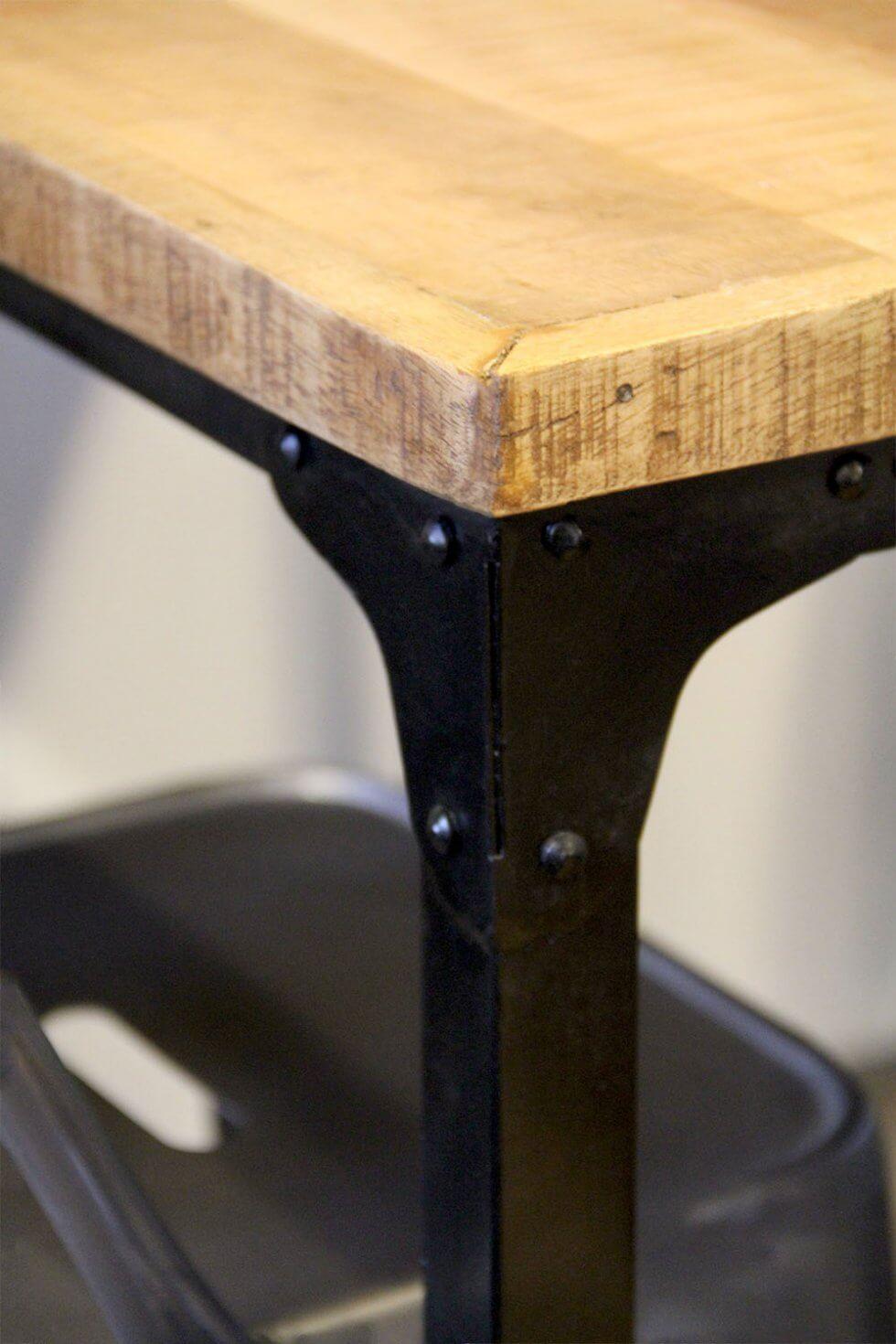 T015 Industriële bartafel met zwart frame