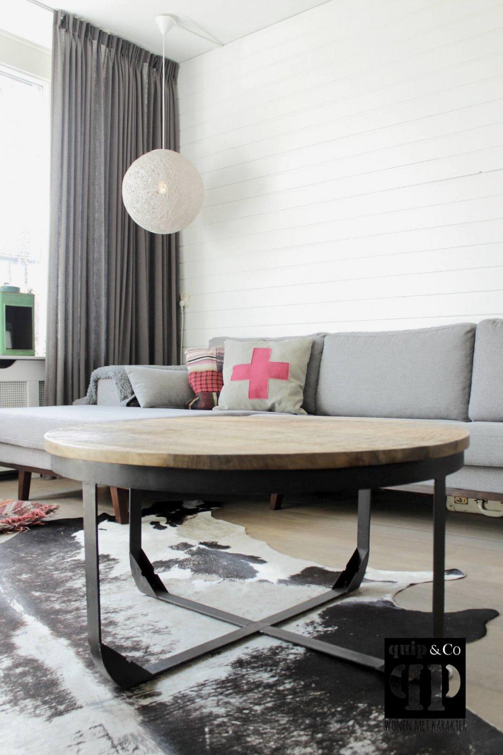 T016 Industriële salontafel met rond blad van massief mango hout en ijzeren frame van quip&Co