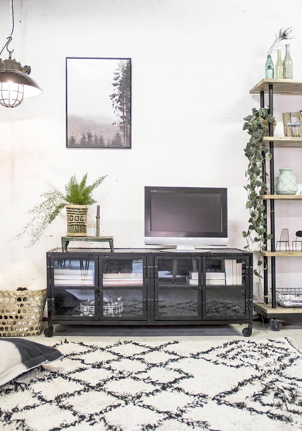 Tv Kast Met Glazen Deurtjes.Industriele Tv Kast Met Glasdeurtjes Zwart Van Quip Co