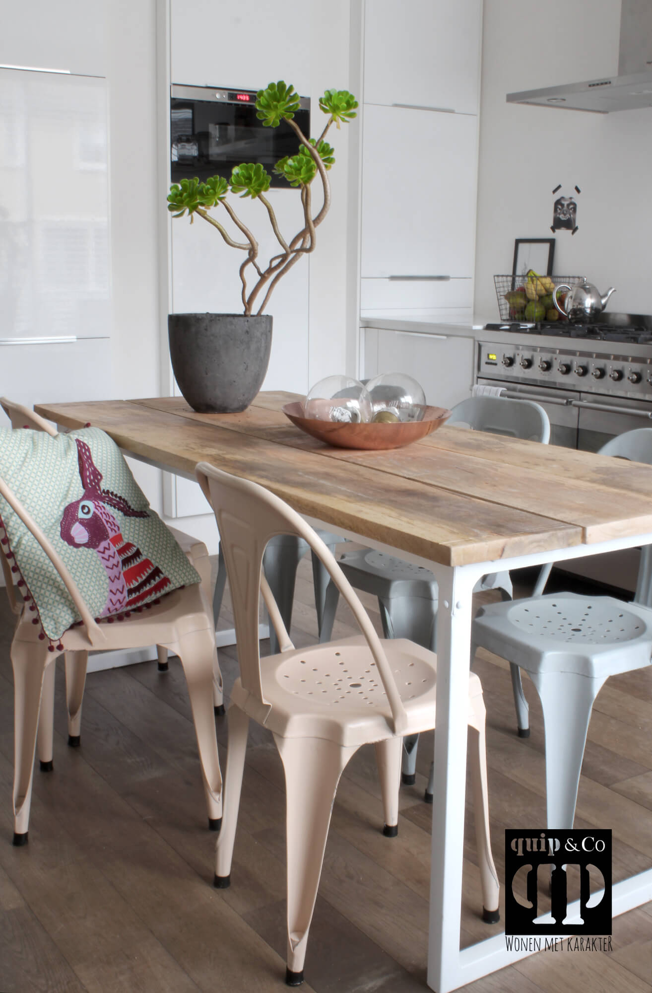T017w Frisse eettafel met industrieel design en massief mango houten blad van quip&Co