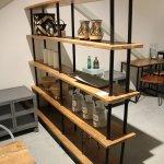 K001 Open industriële kast of stelling kast met massief houten planken en ijzeren stavenvan quip&Co
