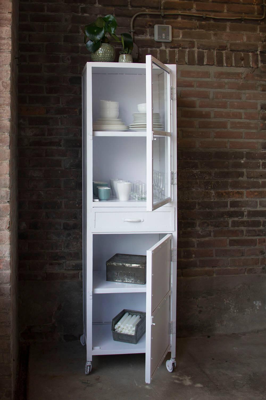 K004w Industriele vitrinekast met deurtjes en laatjes van quip&Co