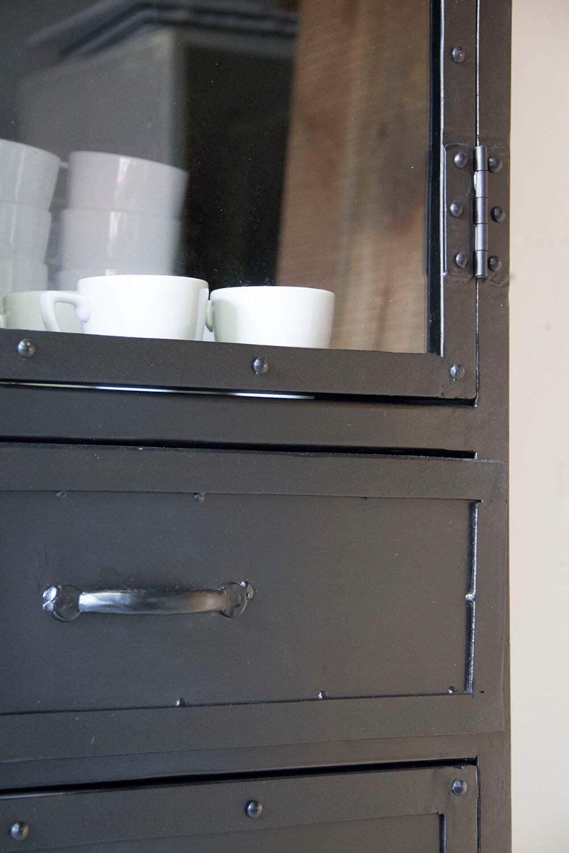 K004z Industriele vitrinekast met deurtjes en laatjes van quip&Co