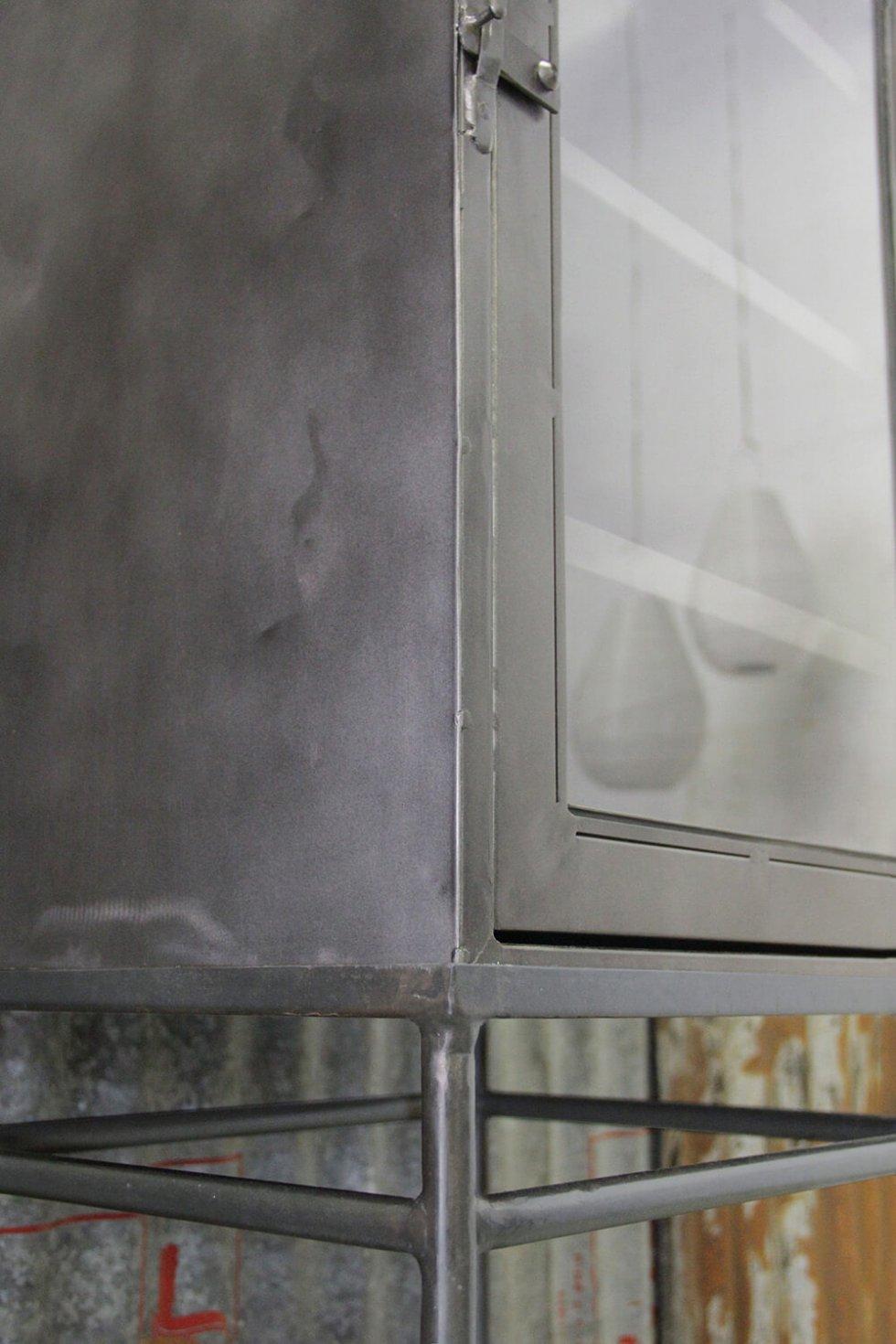 K052 Industriële kast op hoge poten bij quip&Co