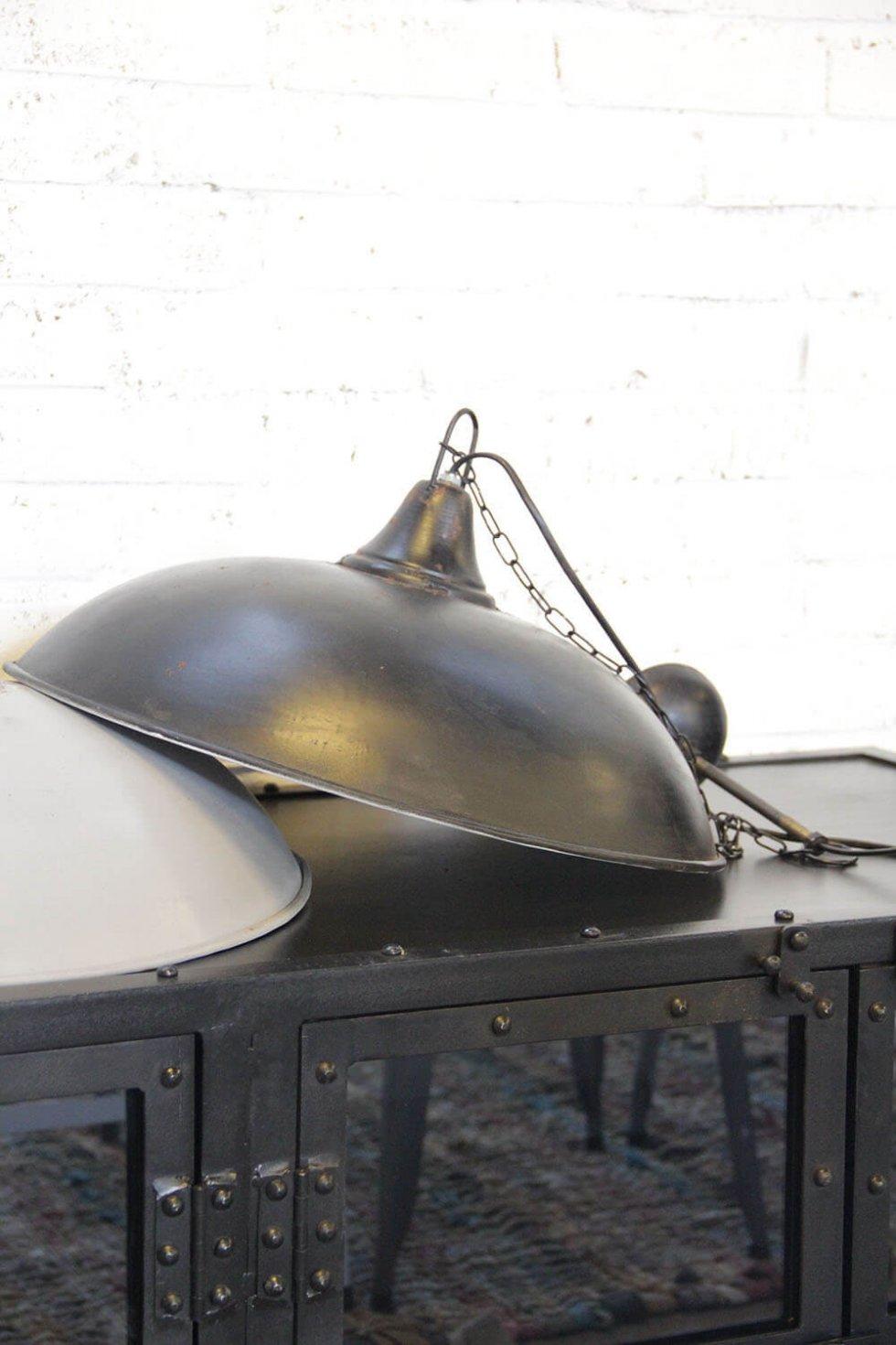 stoer industriele hanglamp zwart en grijs metaal van quip&Co
