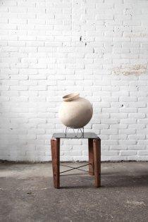 T026 bijzettafeltje met teak houten poten en metalen blad van quip&Co