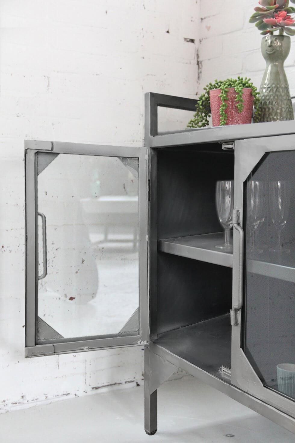 K061 Industriele kleine vitrinekast met deurtjes bij quip&Co